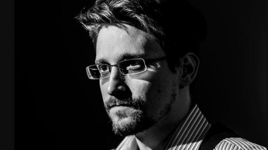 """Edward Snowden: """"Los gobiernos están empezando a delegar su autoridad a las grandes plataformas tecnológicas"""