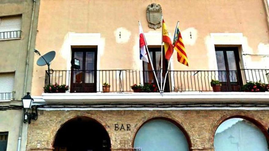 Un escudo franquista luce en la fachada del Ayuntamiento de Serratella (Castellón)