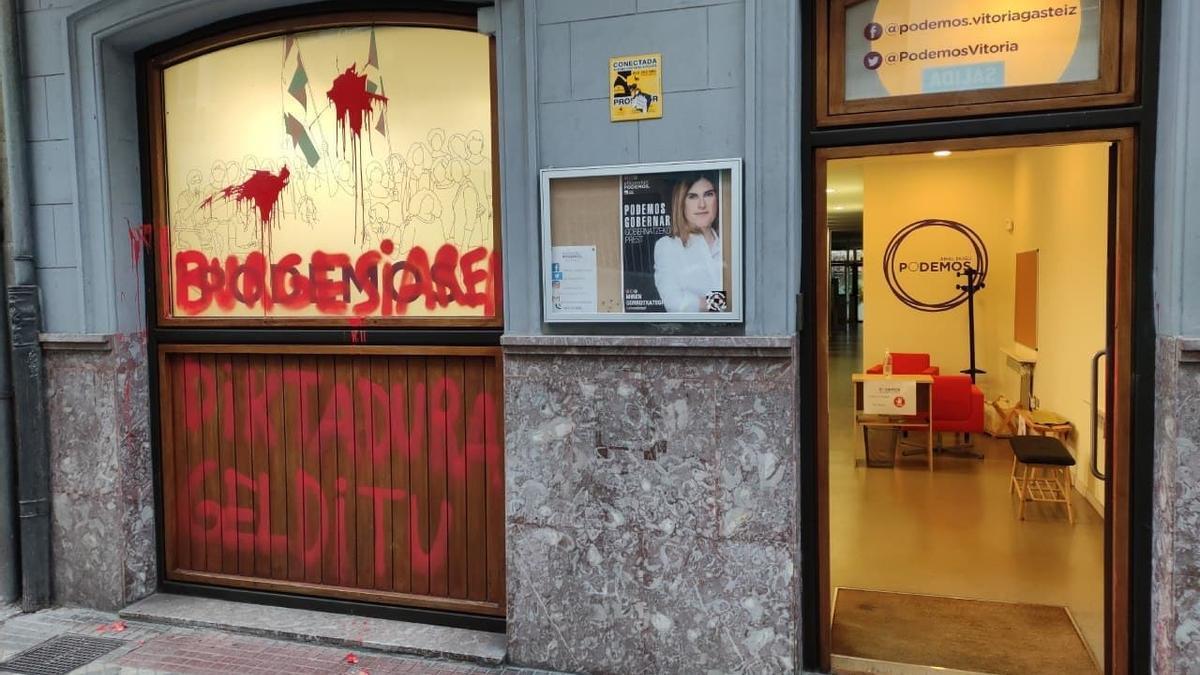 La fachada de la sede de Podemos en Vitoria, con las pintadas