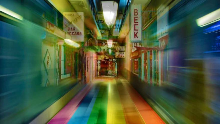 Montaje de una foto antigua con los colores LGTBI.