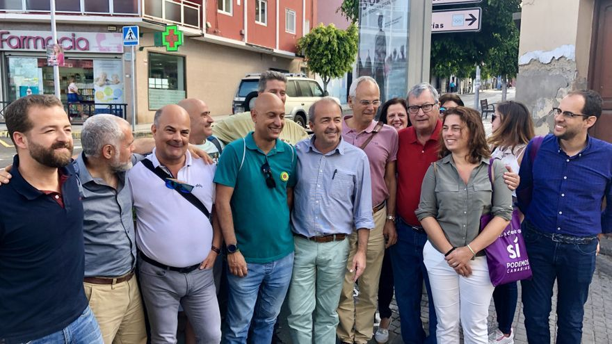 Paco Déniz, cabeza de lista regional de Sí Podemos Canarias, junto a compañeros de lista y vecinos por las calles de Schamann.