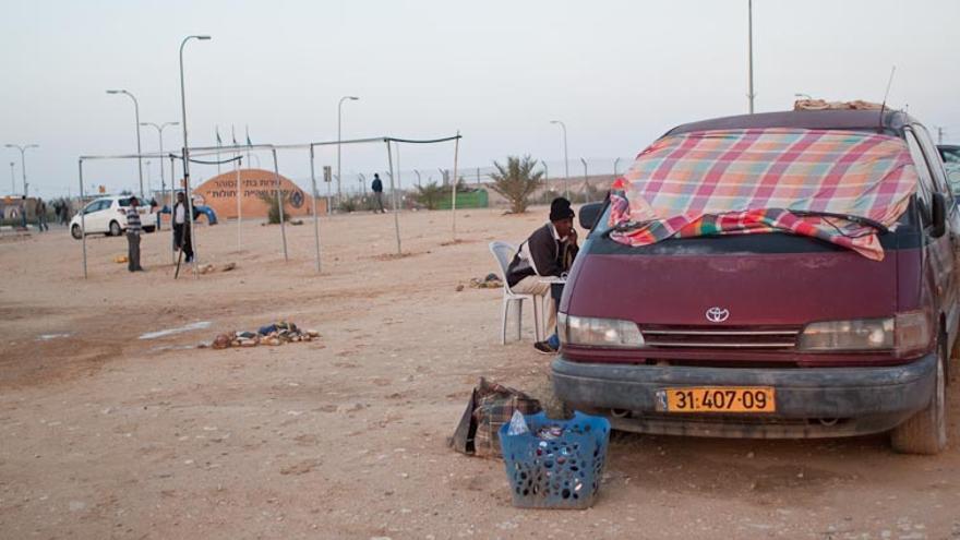 Vista del mercado al aire libre y la construcción de una nueva caseta. | Imagen: Isabel Cadenas Caño