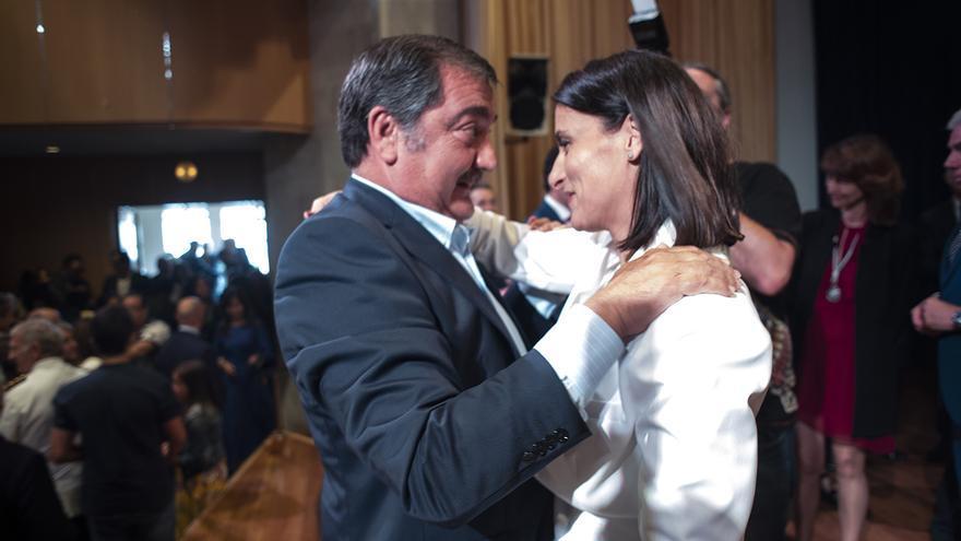 El exalcalde de Santander Gonzalo Piñeiro saluda a Gema Igual tras su toma de posesión. | JOAQUÍN GÓMEZ SASTRE
