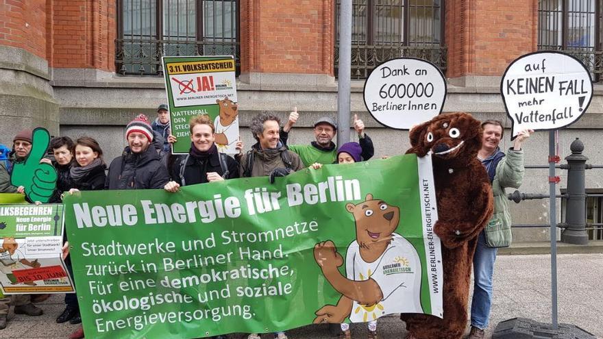 Militantes de la iniciativa Berliner Energietisch dan las gracias por los 600.000 votos logrados en el referéndum para remunicipalizar la electricidad en Berlín.
