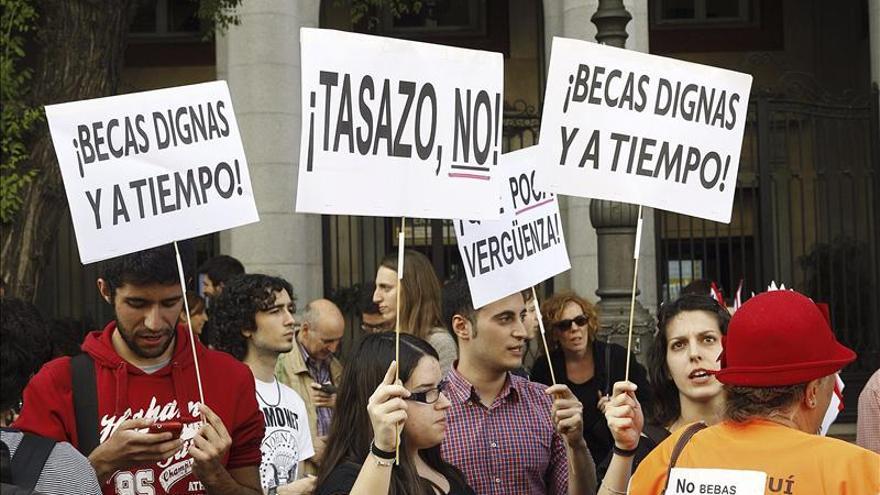 Un grupo de estudiantes exige al Ministerio becas dignas y a tiempo. \ Efe