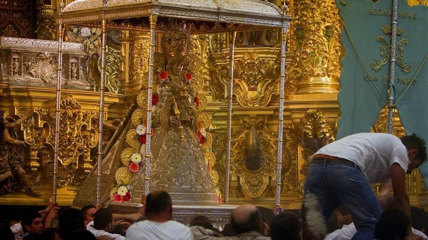 Los almonteños se hacen con el paso de la Virgen Rocío para volver a su ermita