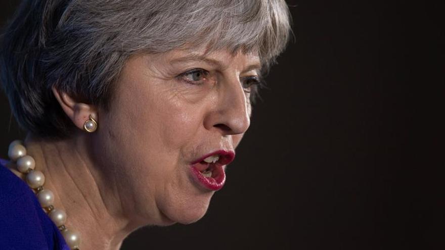 May advierte de los abusos en la red al cumplirse cien años del voto femenino
