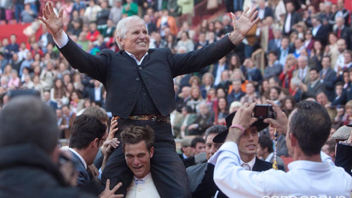 Manuel Benítez 'El Cordobés', a hombros tras una faena con 77 años | MADERO CUBERO
