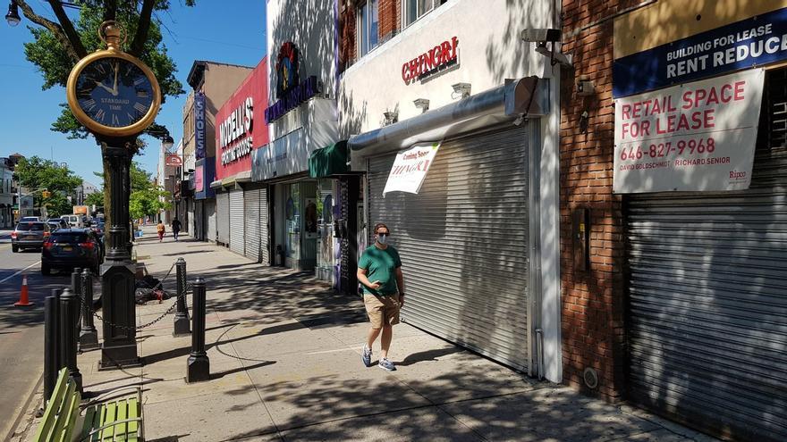 Una persona camina frente a negocios cerrados pese a reapertura, en la quinta Avenida en Nueva York (Estados Unidos).