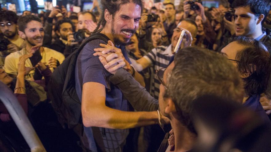 El diputado de Unidos Podemos, Alberto Rodríguez, saluda a los manifestantes