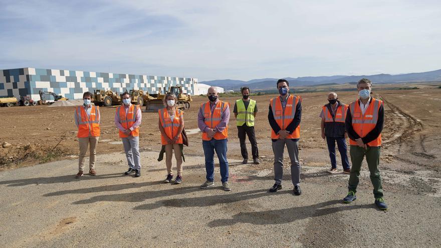 Aierdi, la alcaldesa Monclús y resto de autoridades y personal técnico en el comienzo de las obras del nuevo polígono local en Lumbier