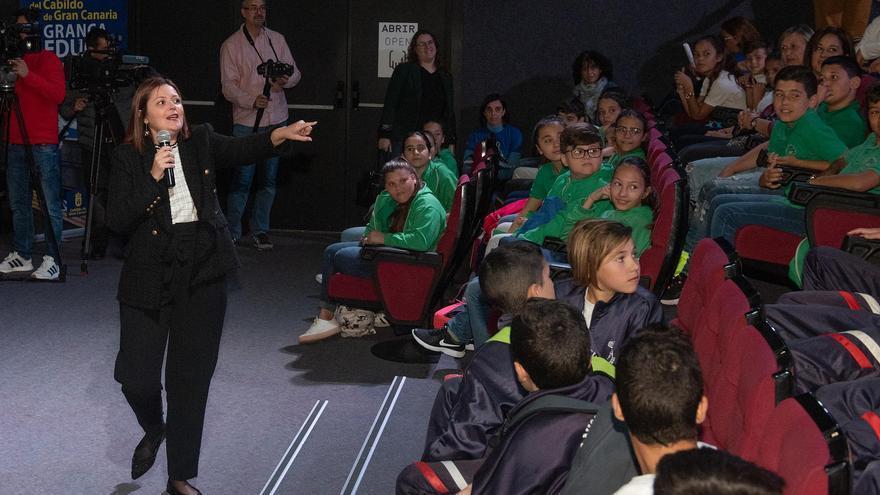 La consejera del Educación del Cabildo de Gran Canaria, María Isabel Santana en el Museo Elder con escolares en el Día de Mujer y la Ciencia.