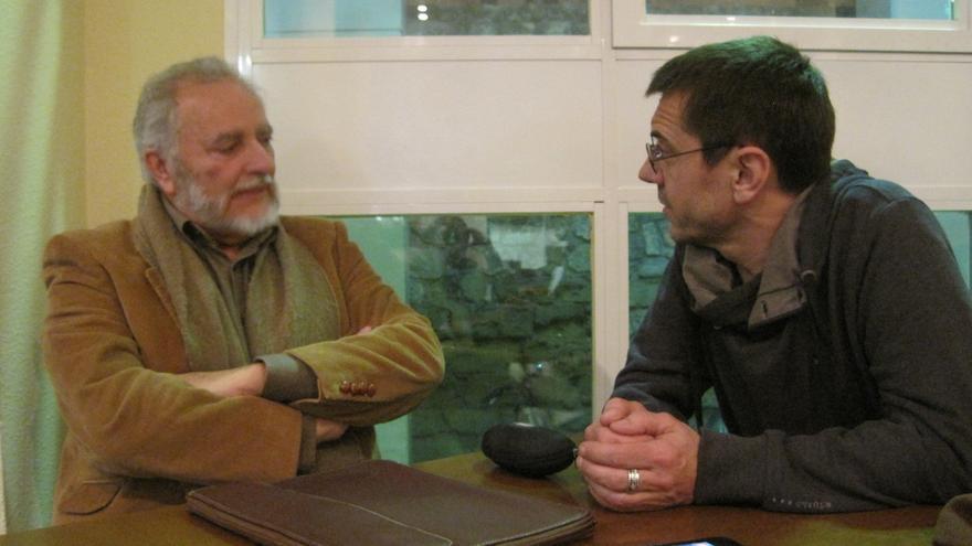 """Julio Anguita y Juan Carlos Monedero antes de su conversación """"A la izquierda de lo posible""""."""