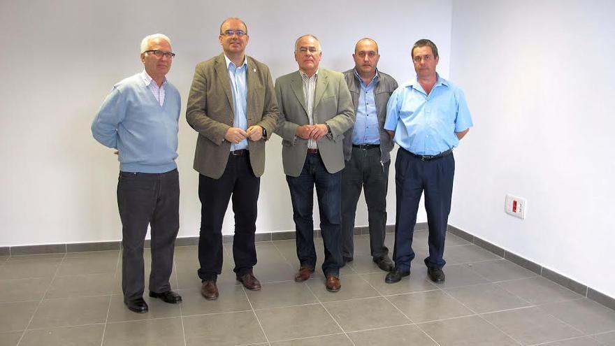 En la imagen, el presidente y vicepresidente del Cabildo (centro), con los responsables del Clud de Leones y la Asociación Radiotaxi San Miguel.