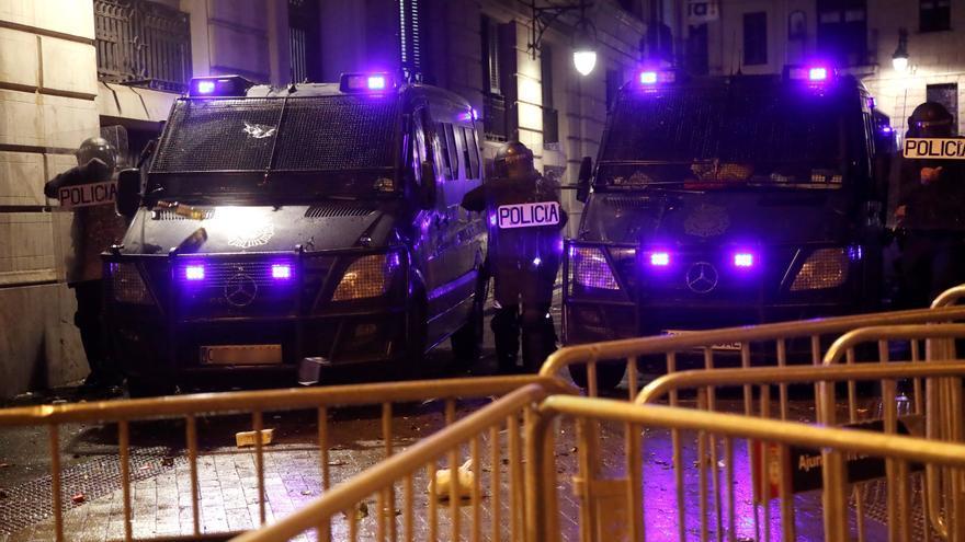 Agentes de la Policía Nacional este lunes durante una nueva manifestación por la libertad de Pablo Hasel. EFE/ Marta Pérez