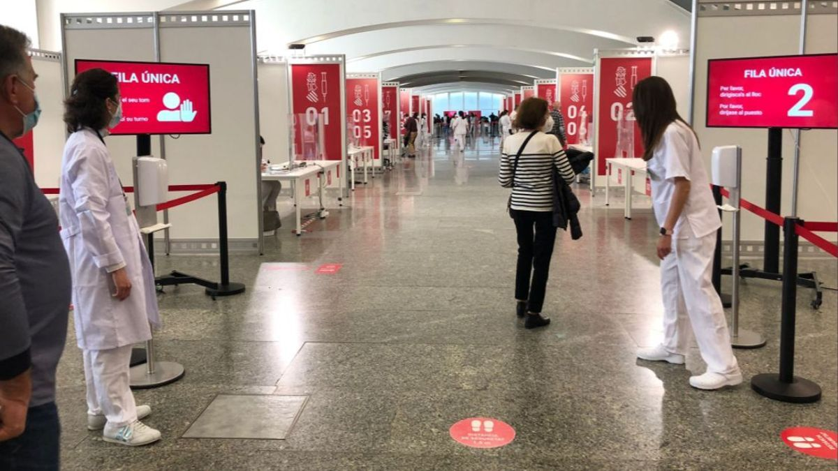El punto de vacunación masiva en la Ciudad de las Artes y las Ciencias de València.