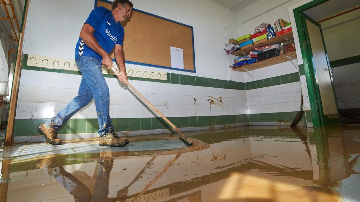 Labores de limpieza en un colegio al día siguiente del temporal de lluvia que sufrió la provincia de Huelva a 24 de septiembre 2021 en Lepe