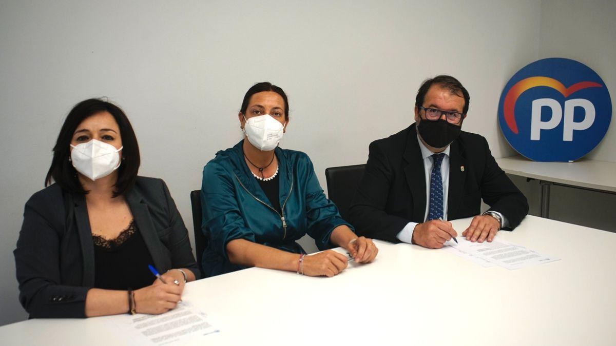 Virginia Pérez y Juan Ávila rubrican el acuerdo en presencia de Loles López (centro).