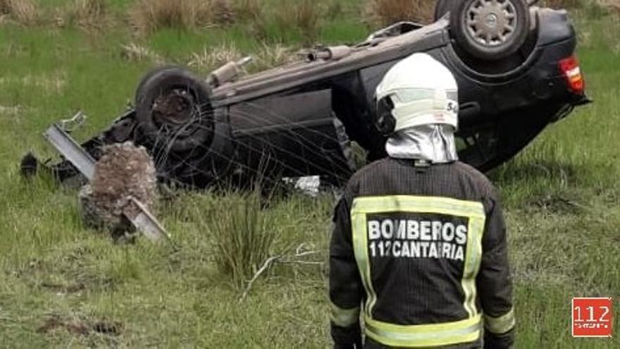 Evacuados para reconocimiento médico los dos ocupantes de un vehículo que se salió de la vía en Cayón