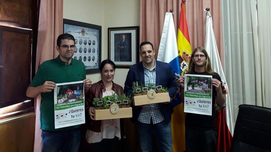 El alcalde de Breña Alta, Jonathan Felipe (centro), y la concejal de Agricultura, Patricia Ayut, con los responsables de Biosfera Escuela.