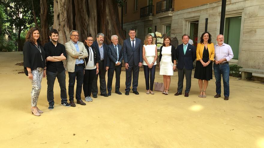 Los portavoces parlamentarios posan junto a los nuevos miembros electos del Consell Jurídic Consultiu
