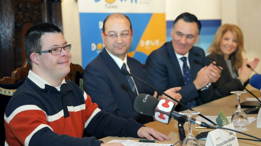 Delmiro Prieto (segundo por la izquierda), en un acto de Down Galicia