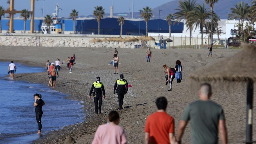 El Ayuntamiento de Málaga recomienda usar carriles de nado para la natación en el mar