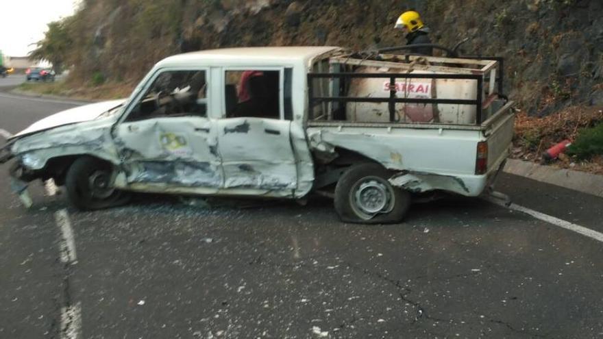 En la imagen, uno de los vehículos accidentados. Foto: Bomberos La Palma.