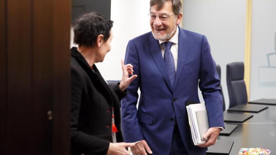 Juan Luis Ibarra, con la parlamentaria de EH Bildu Jone Goirizelaia