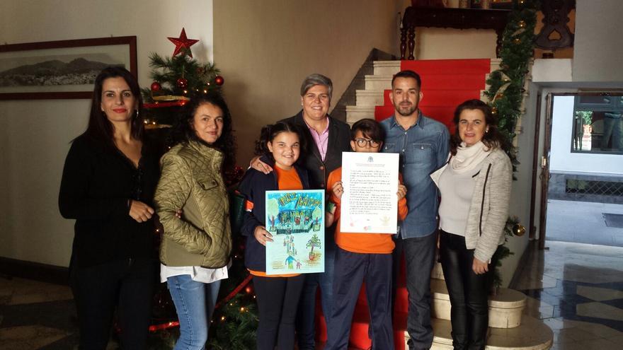 Los escolares premiados con la alcaldesa, Noelia García.