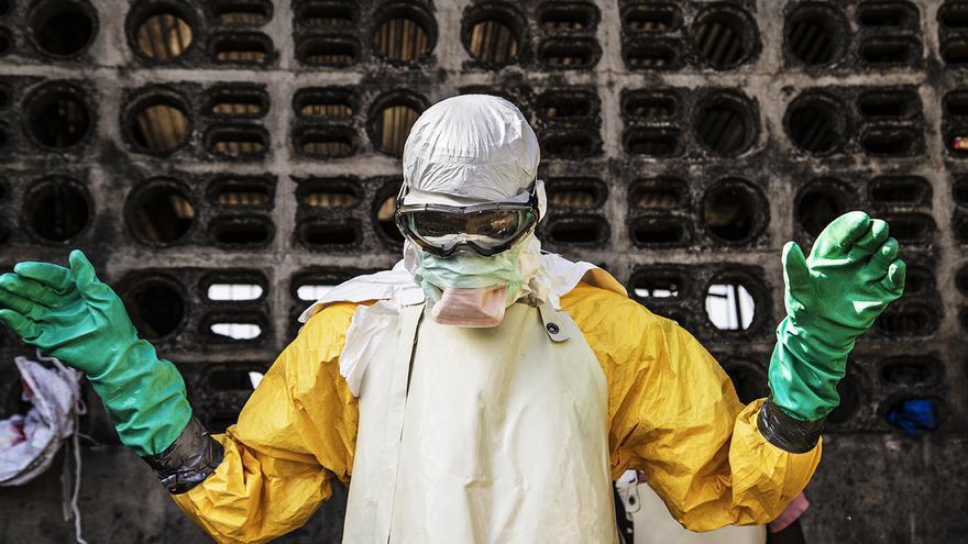 B Sunday Williams es una especie de ángel protector para su equipo: desinfecta las casas  donde los demás deben trabajar // FOTO: Agus Morales MSF