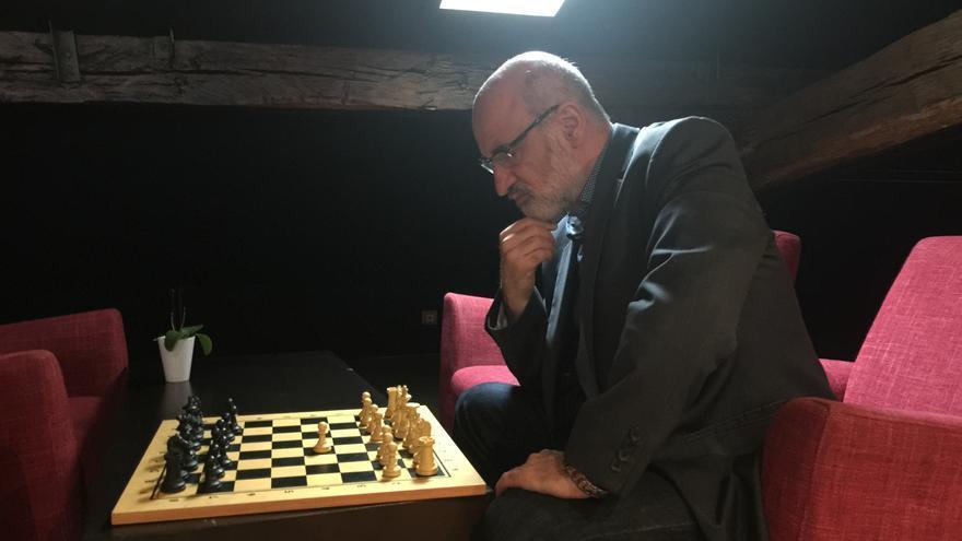 El escritor donostiarra Fernando Aramburu juega una partida imaginaria de ajedrez.
