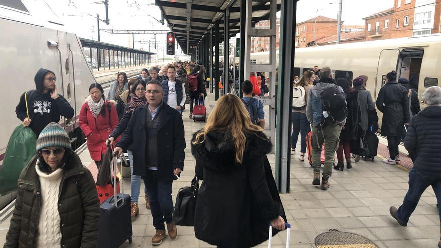 Media hora de retraso del Alvia Madrid-Santander por un transbordo en Palencia por una avería
