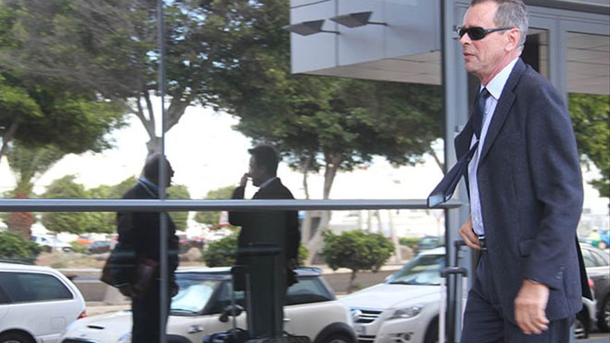 El interventor Carlos Sáenz, entrando al Juzgado (Felipe de la Cruz)