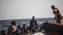 La lancha del Open Arms acude al rescate de 59 personas en el Mediterráneo.