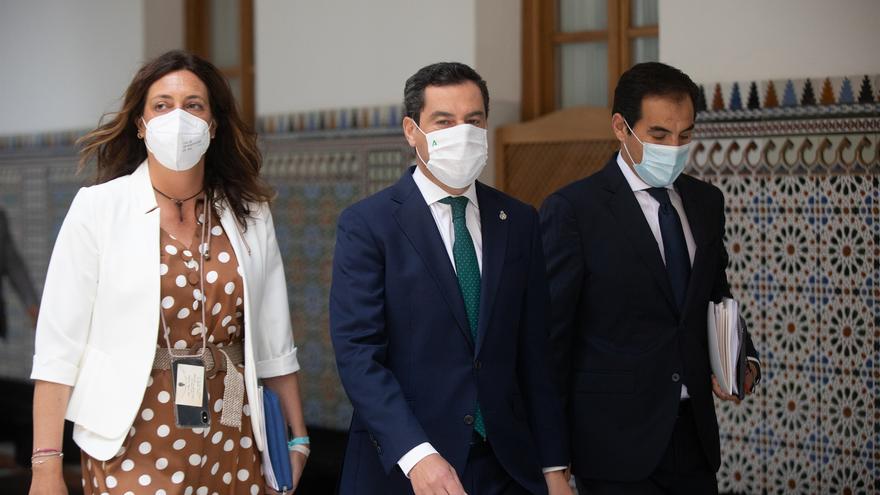 (I-D) La secretaria general del PP-A, Loles López, el presidente de la Junta de Andalucía, Juanma Moreno; y el portavoz del grupo parlamentario PP-A, José Antonio Nieto; a su llegada a la sesión de control al gobierno en el Pleno del Parlamento de Andaluc