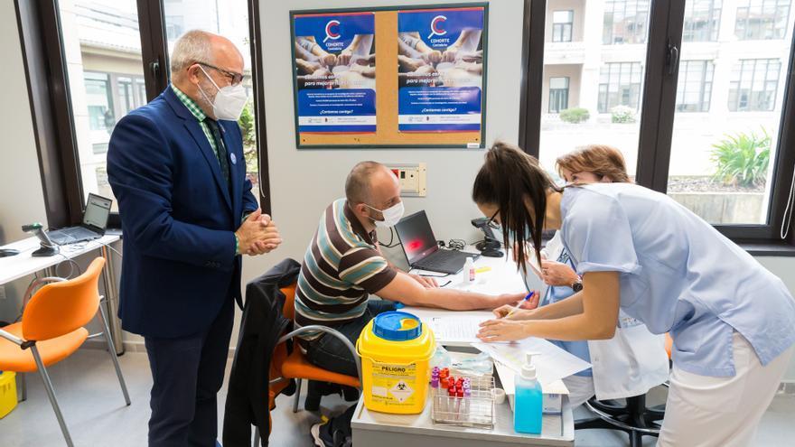 El consejero de Sanidad, Miguel Rodríguez, con el primer voluntario de Cohorte Cantabria en Valdecilla