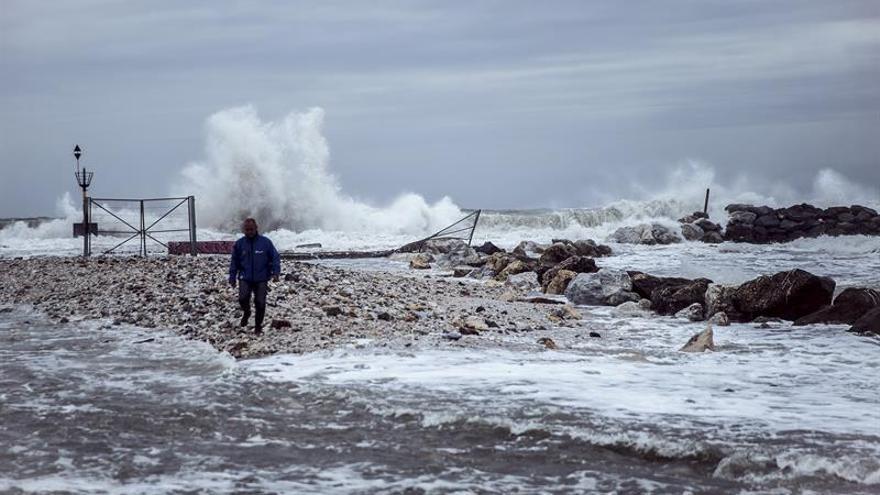 El temporal de levante destroza las playas de la Axarquía de Málaga
