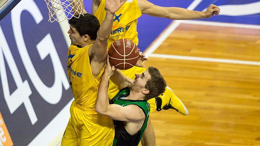 Un jugador del Juventut encara en aro en el Santiago Martín. ACB