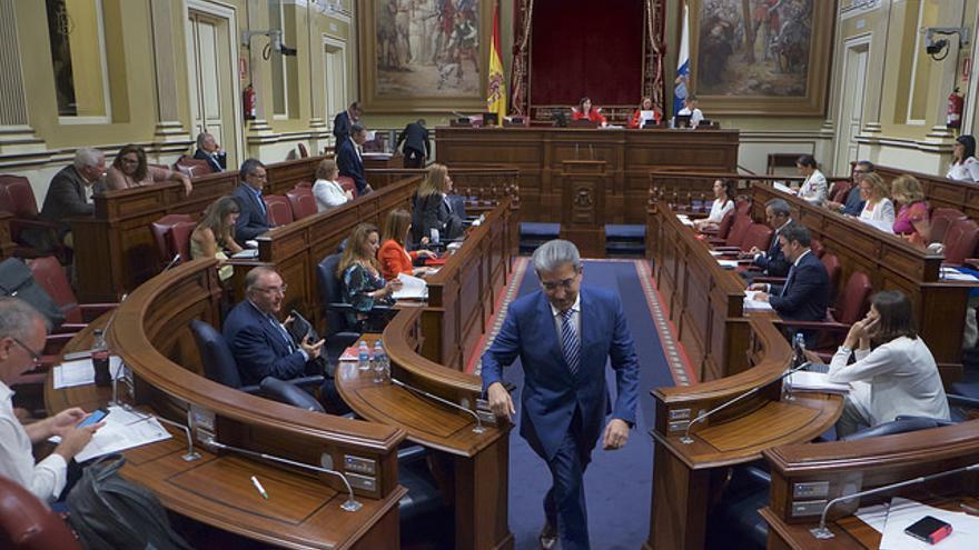 Román Rodríguez en un pleno del Parlamento de Canarias