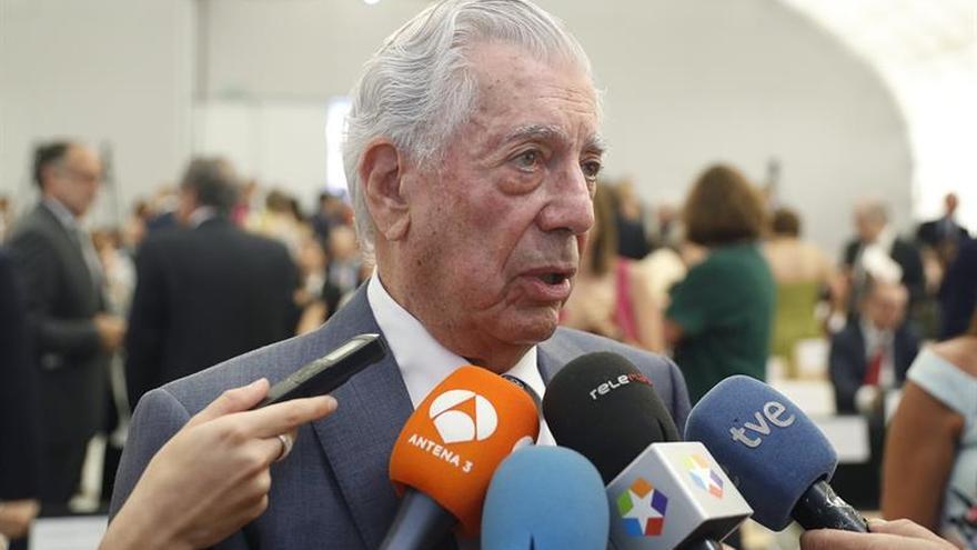 Vargas Llosa recibe el titulo de doctor de la complutense tras un largo viaje