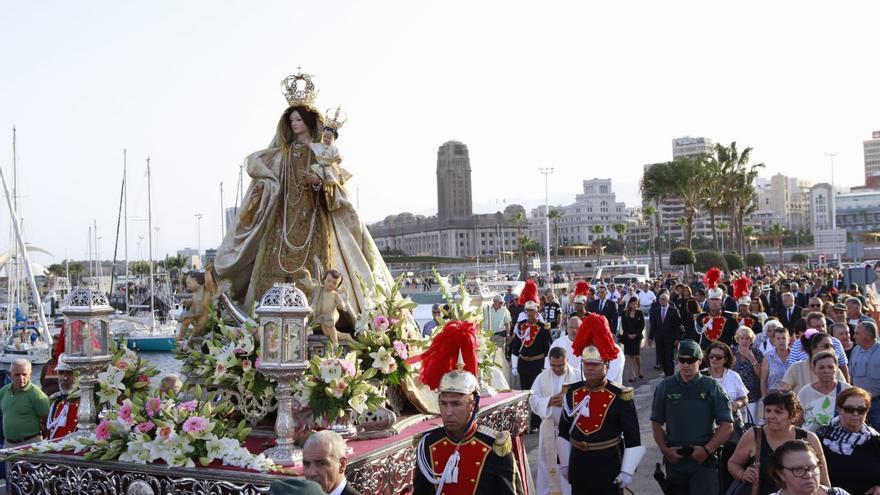 La Virgen del Carmen, con su escolta portuaria
