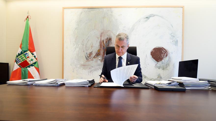 El lehendakari, Iñigo Urkullu, estampando su firma a la nueva convocatoria de elecciones, prevista para el 12 de julio