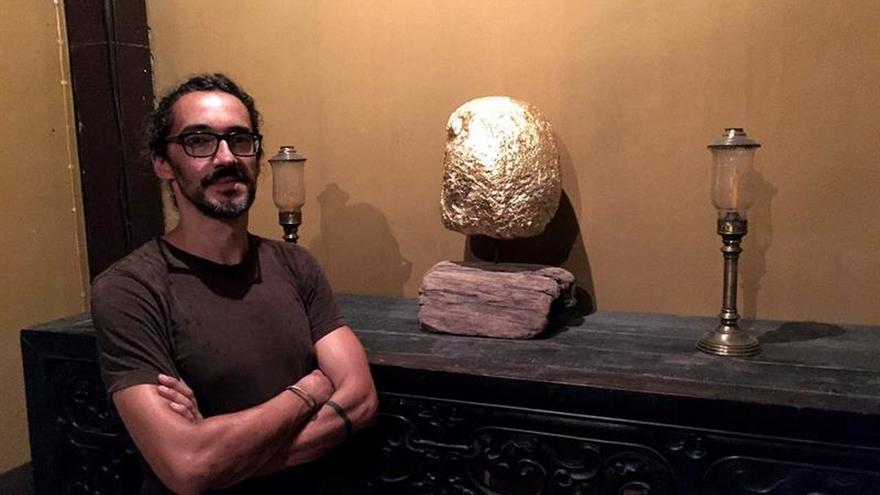 Artista español dora desechos marinos para remover conciencias en Tailandia