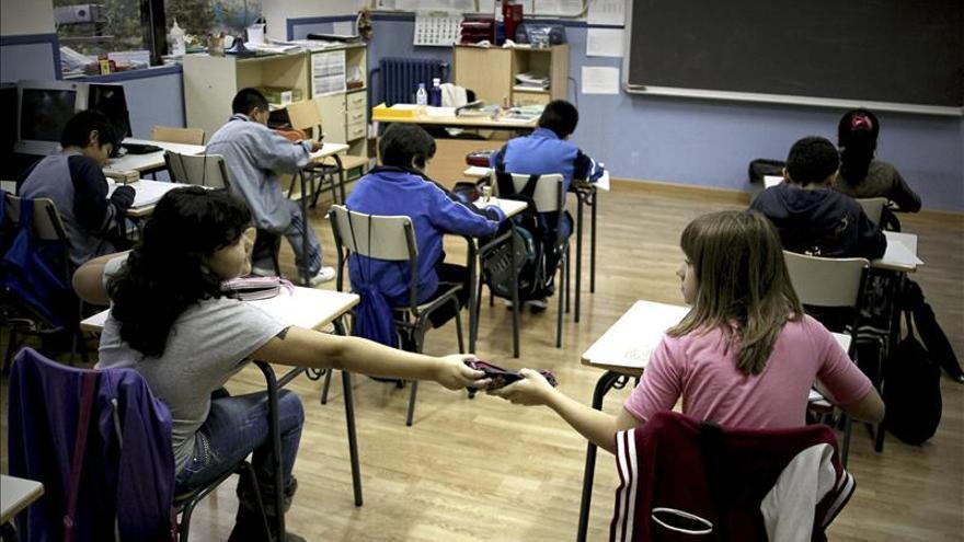El número de becados no universitarios bajó el pasado curso en 10.772 alumnos