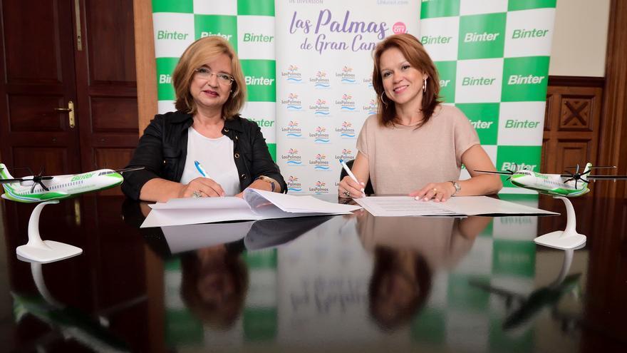 Encarna Galván y Noelia Curbelo en la firma del convenio.