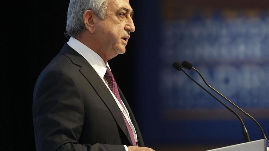Centenares de armenios protestan contra el referéndum constitucional