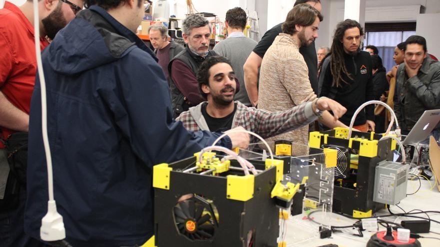 Javier Fernández muestra a los visitantes sus impresoras 3D