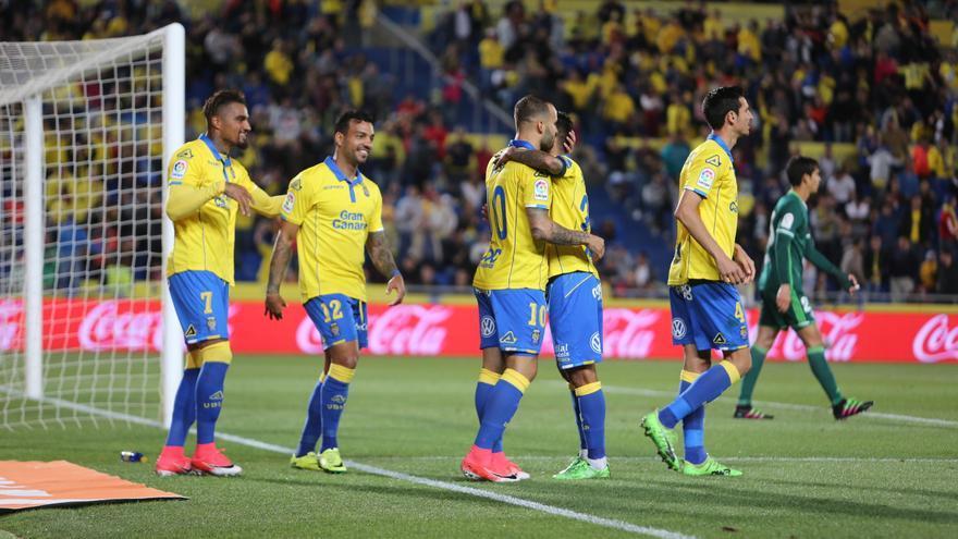 Los jugadores de la UD Las Palmas celebran uno de los goles ante el Real Betis en el Estadio de Gran Canaria.