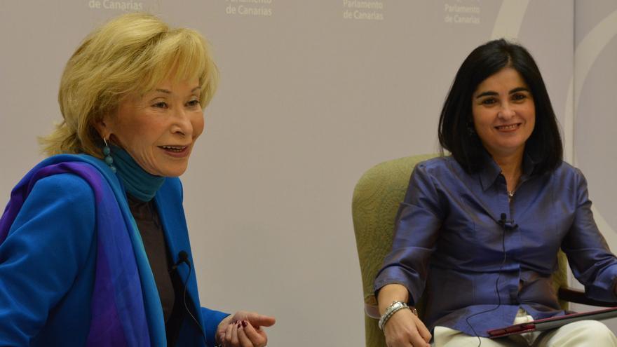La exvicepresidenta del Gobierno María Teresa Fernández de la Vega, junto a la presidenta del Parlamento canario, Carolina Darias.